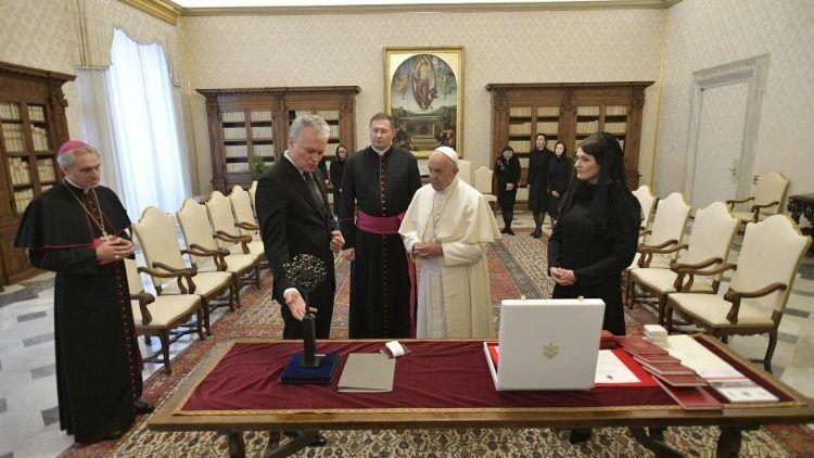 Висвалдас Кулбокас (в центре) сопровождает Папу во время визита Президента Литвы