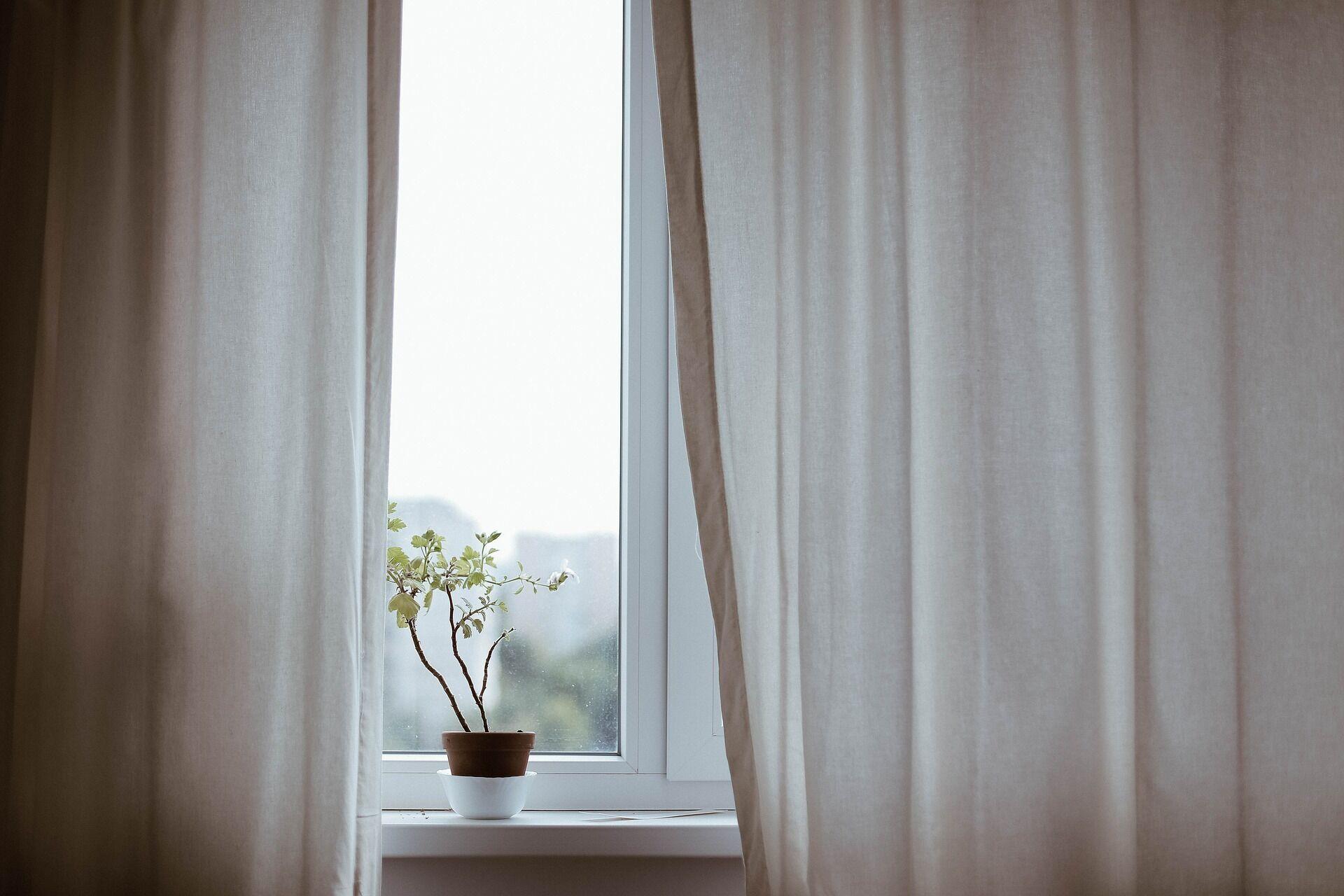 Протягом спекотного дня краще тримати вікна закритими, а штори – запнутими