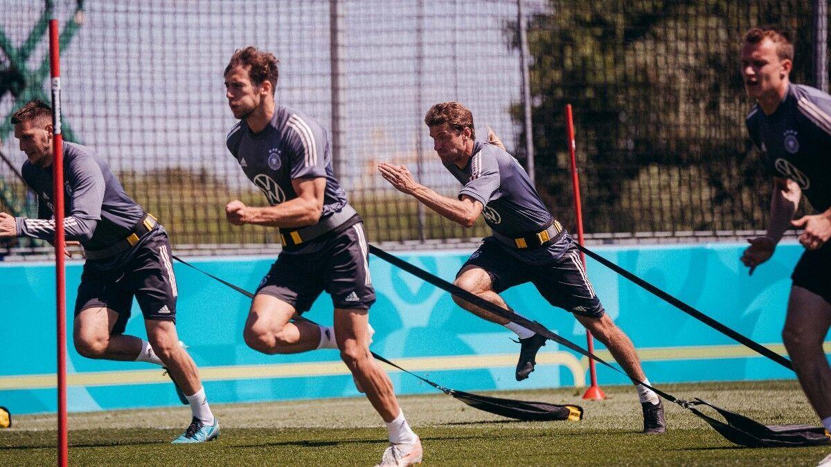 Немецкие футболисты провели интенсивную тренировку