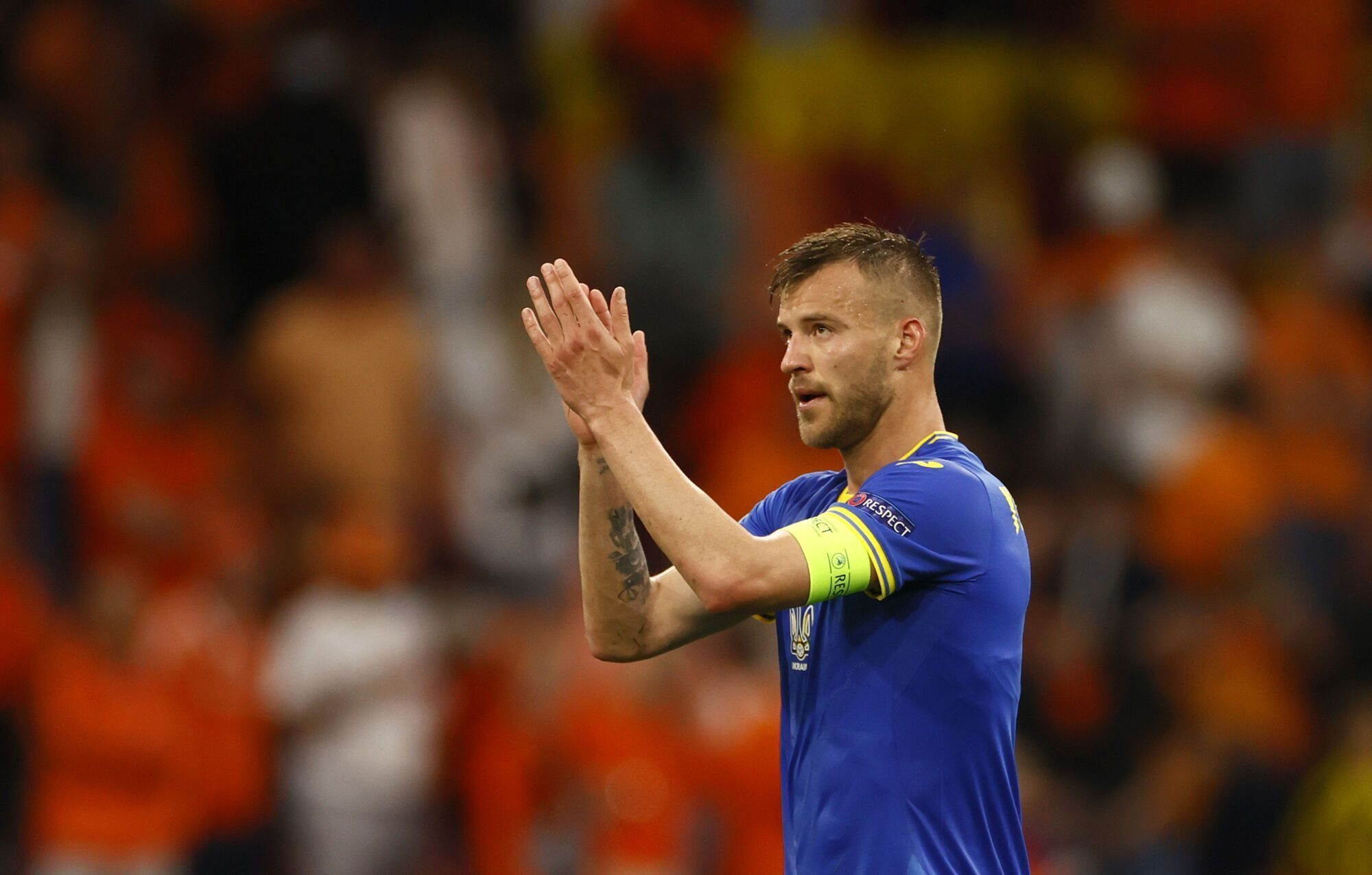 Андрей Ярмоленко аплодирует фанатам