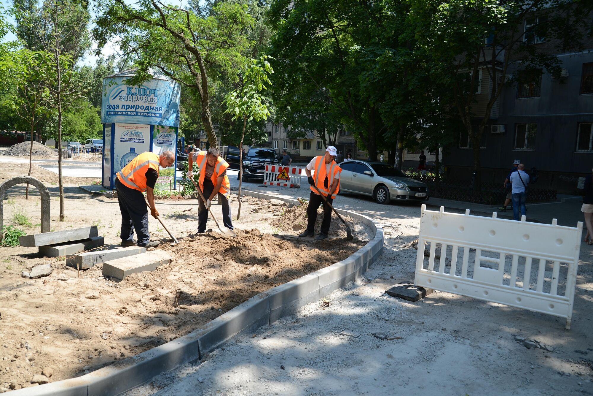 В Днепре продолжаются системные ремонты внутриквартальных дорог