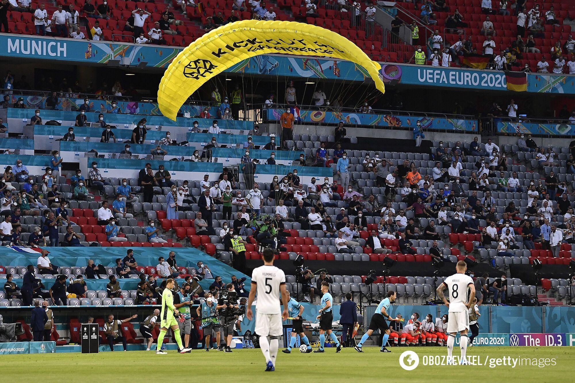 Активист Greenpeace приземлился на поле перед стартом матча