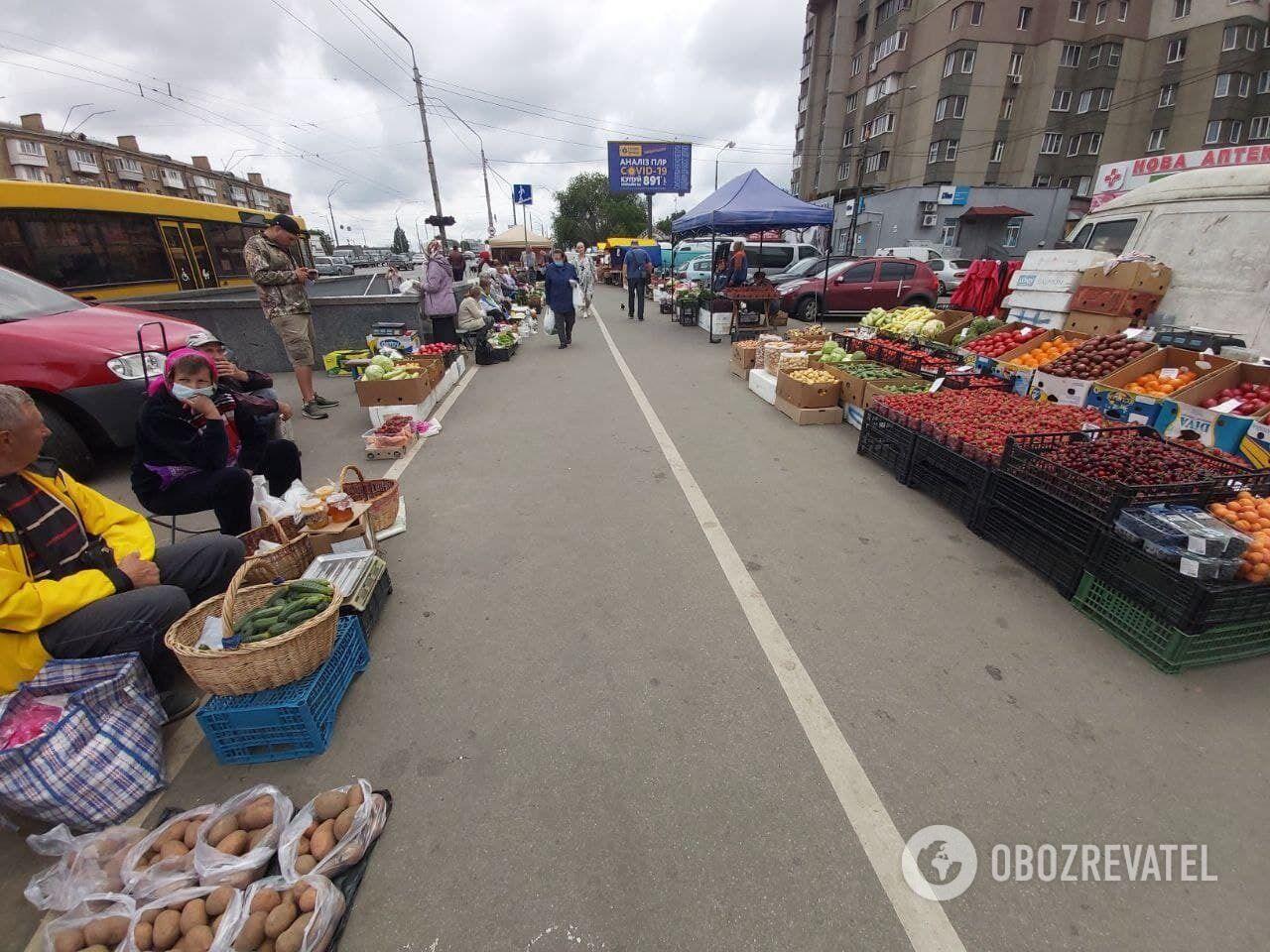 На розкладках купувати фрукти й овочі небезпечно.
