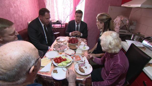 Журналістів CBS пригостили салом на житньому хлібі в домі батьків Зеленського