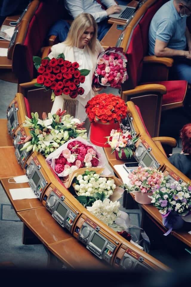 Юлію Гришину засипали квітами у Верховній Раді.