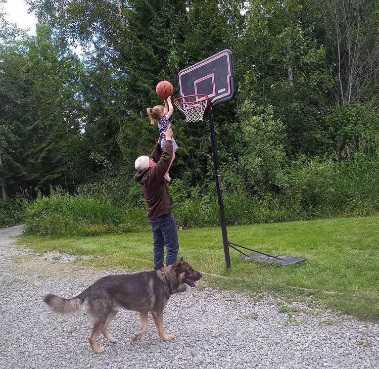 Пес подсадил хозяина.