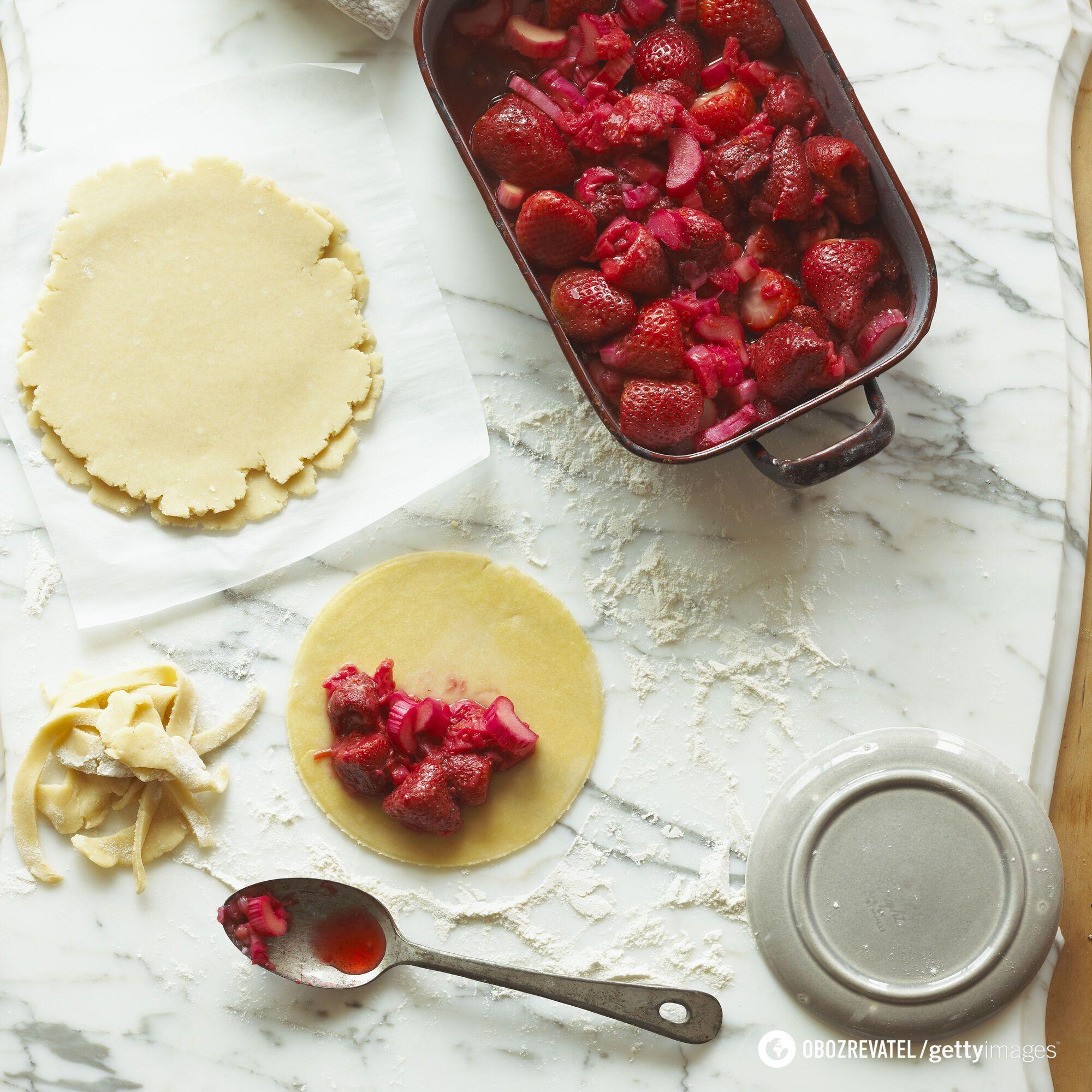 Як смачно приготувати пиріг із полуницею