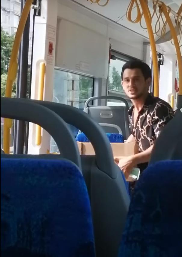 Иностранец покинул общественный транспорт.