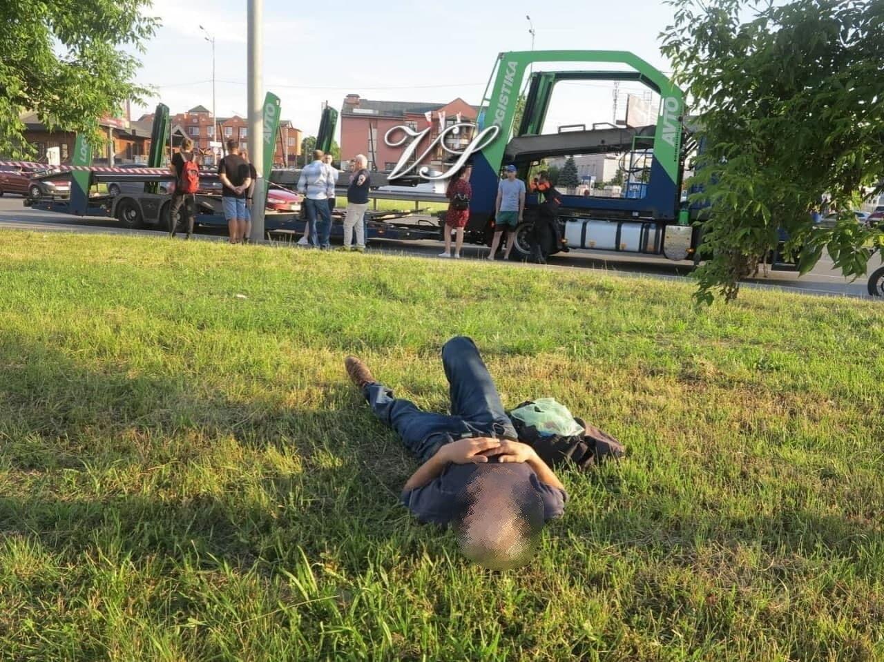Возможный виновник трагедии спал, пока велосипедисту пытались помочь.