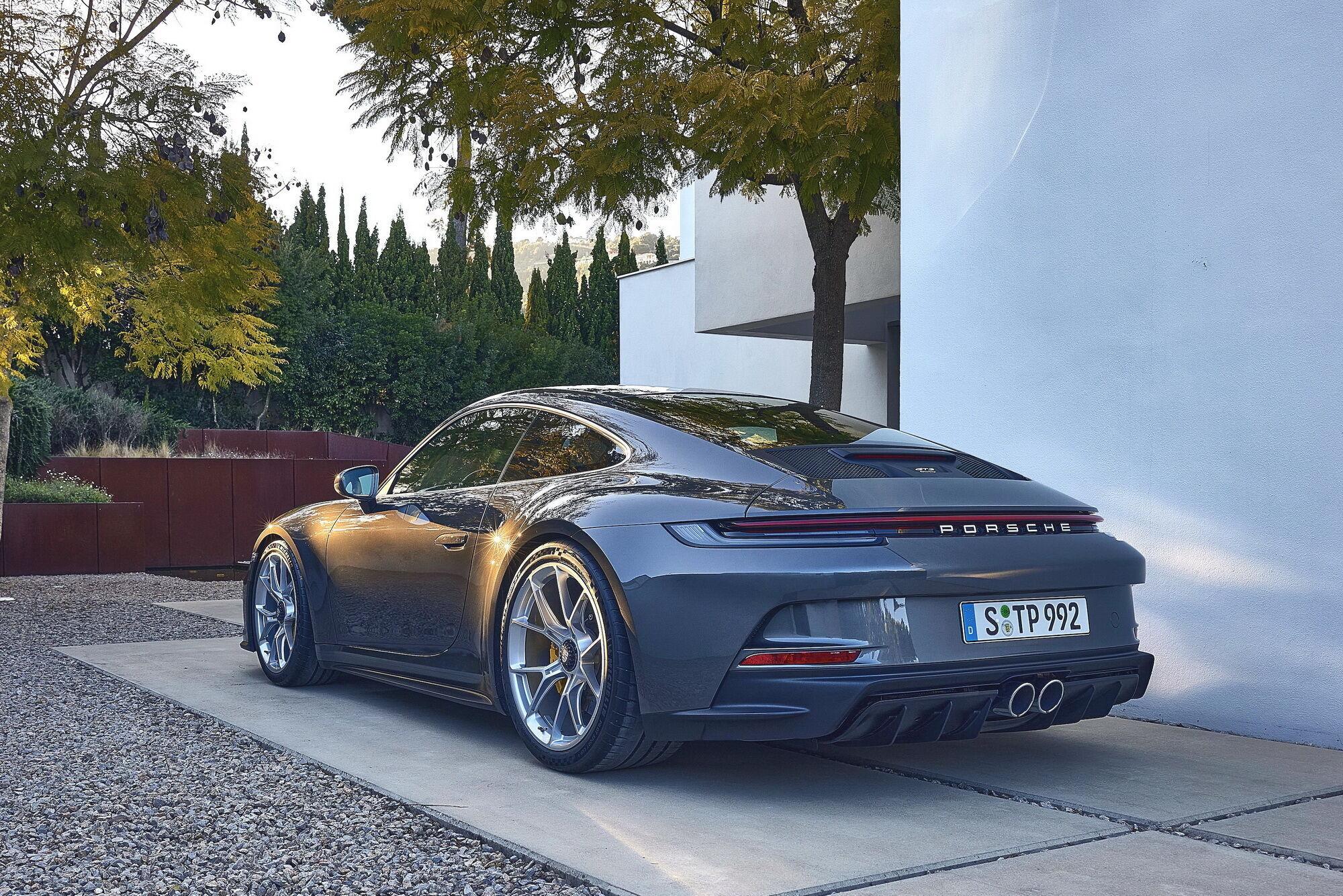 """В результате трансформаций из """"пуриста"""" в """"туристы"""" 911 GT3 лишили массивного заднего антикрыла, заменив его активным спойлером"""