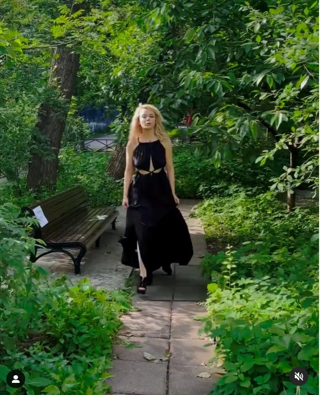 Аліна Гросу позує в стильній сукні