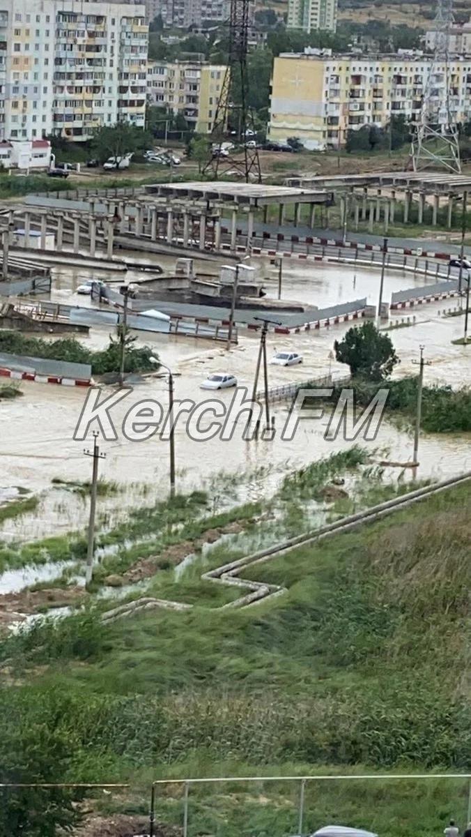 Дороги в Керчи буквально превратились в реки и озера