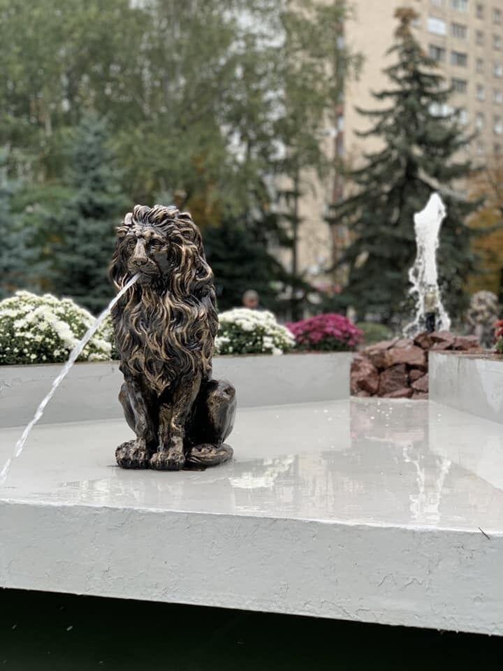 Величні леви прикрашали фонтан у Мюнхенському сквері.