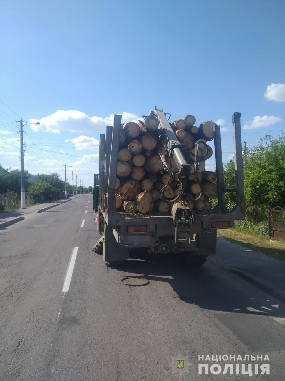Вантажівка перевозила деревину