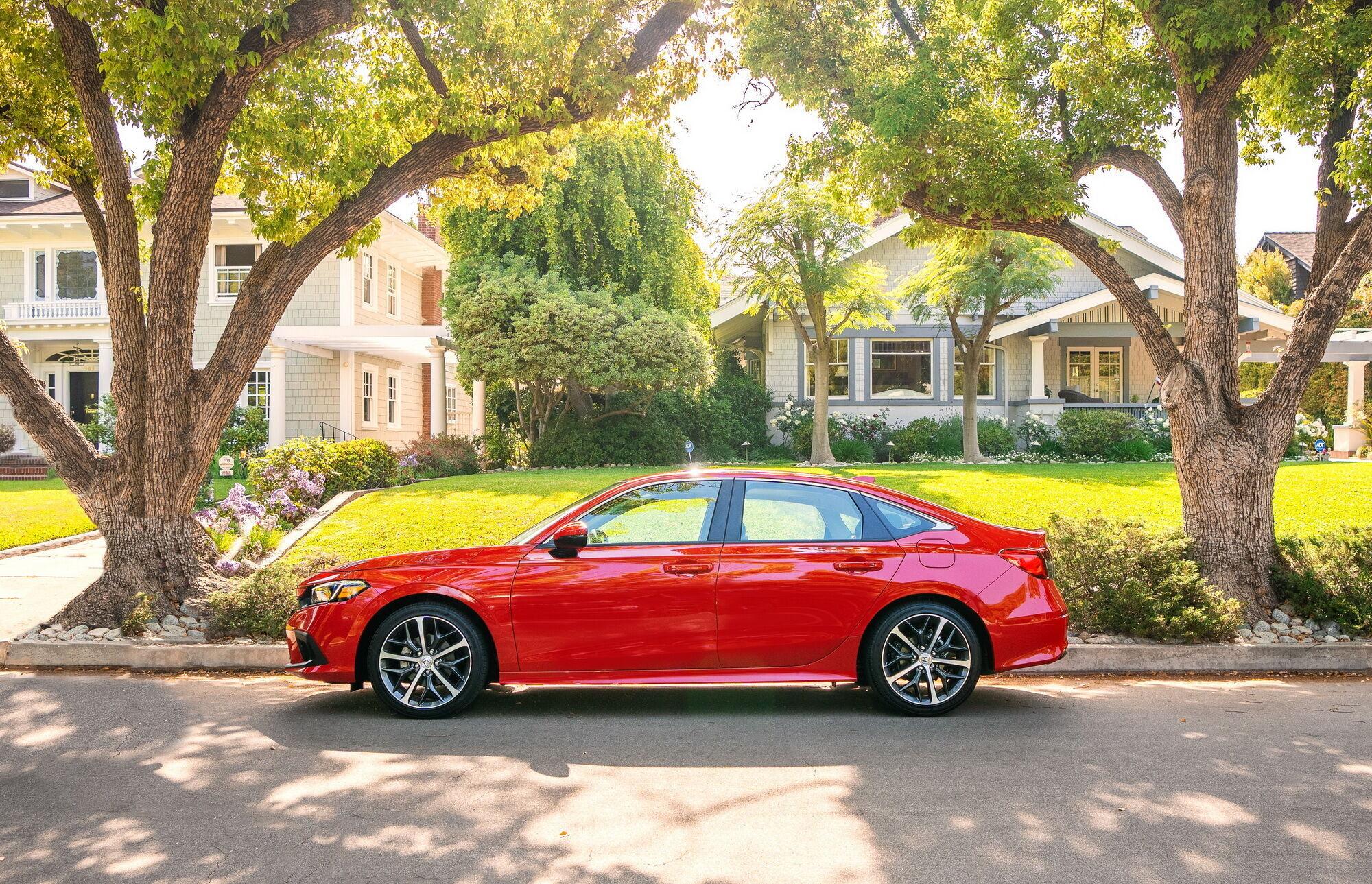 Топова версія Civic Touring також оснащується турбомотором і варіатором
