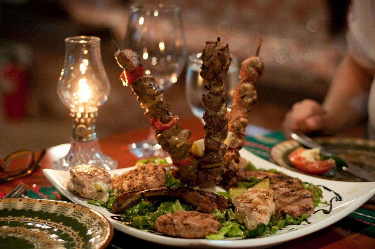 В Болгарии следует попробовать блюда национальной кухни, чтобы почувствовать колорит местных заведений.