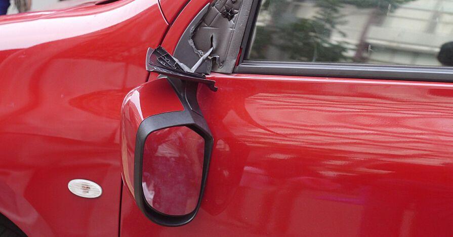 Мошенники могут обвинить в поломке зеркала их машины