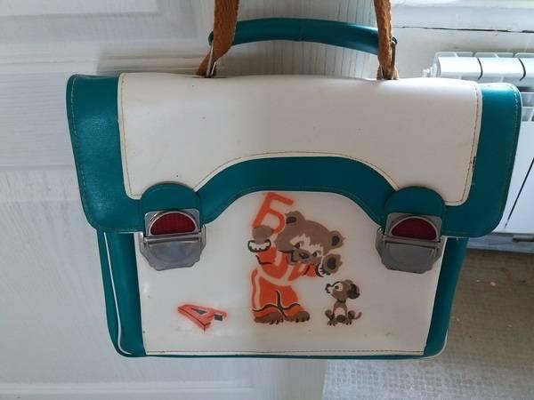 Діти ходили в школу з портфелем
