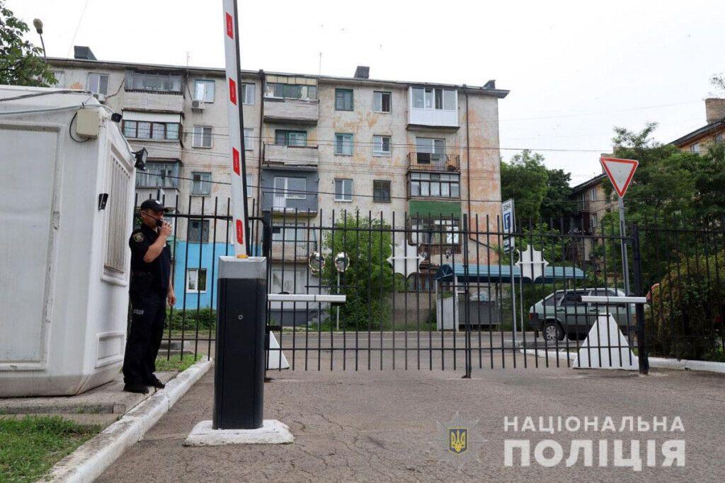 Будинок розташований поблизу Головного управління Нацполіції в Донецькій області
