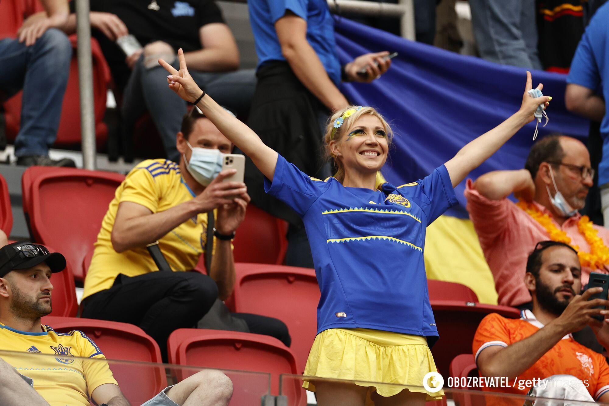 Українська вболівальниця на матчі 1-го туру в Амстердамі