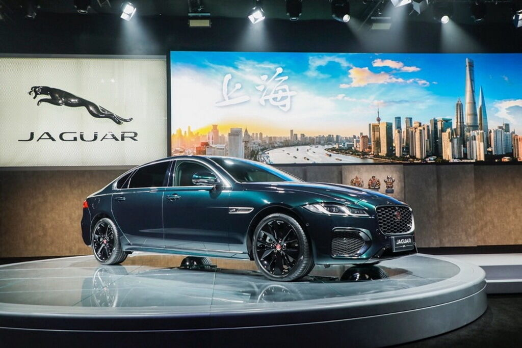 Подовжена версія седана Jaguar XFL