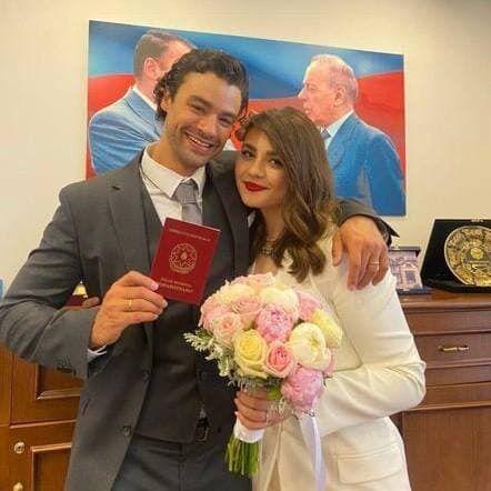 Кристофер со своей супругой.