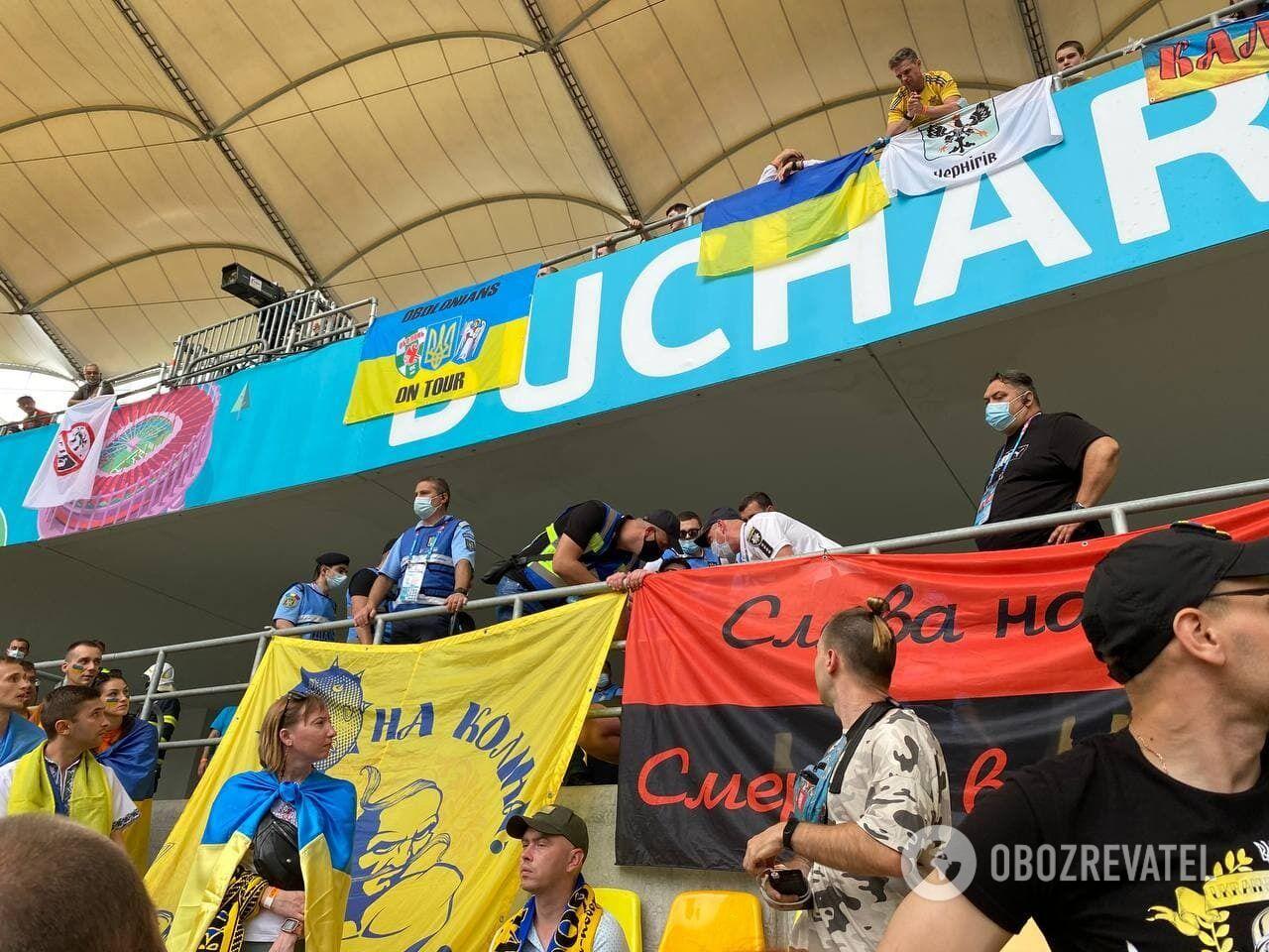Червоно-чорний прапор на матчі Україна – Північна Македонія.