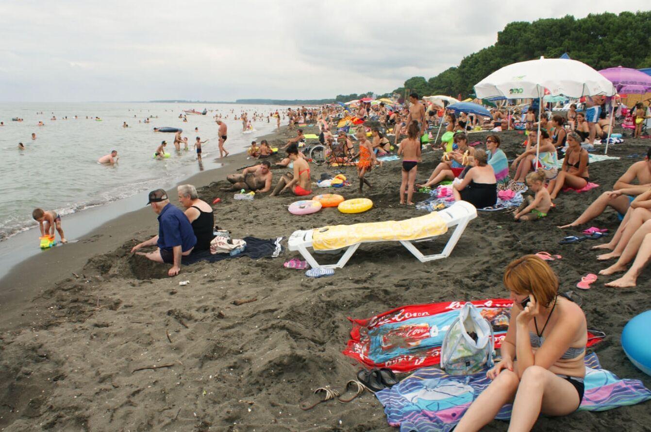 Пляж Магнетити покрыт черным магнитным песком. Там всегда много отдыхающих летом