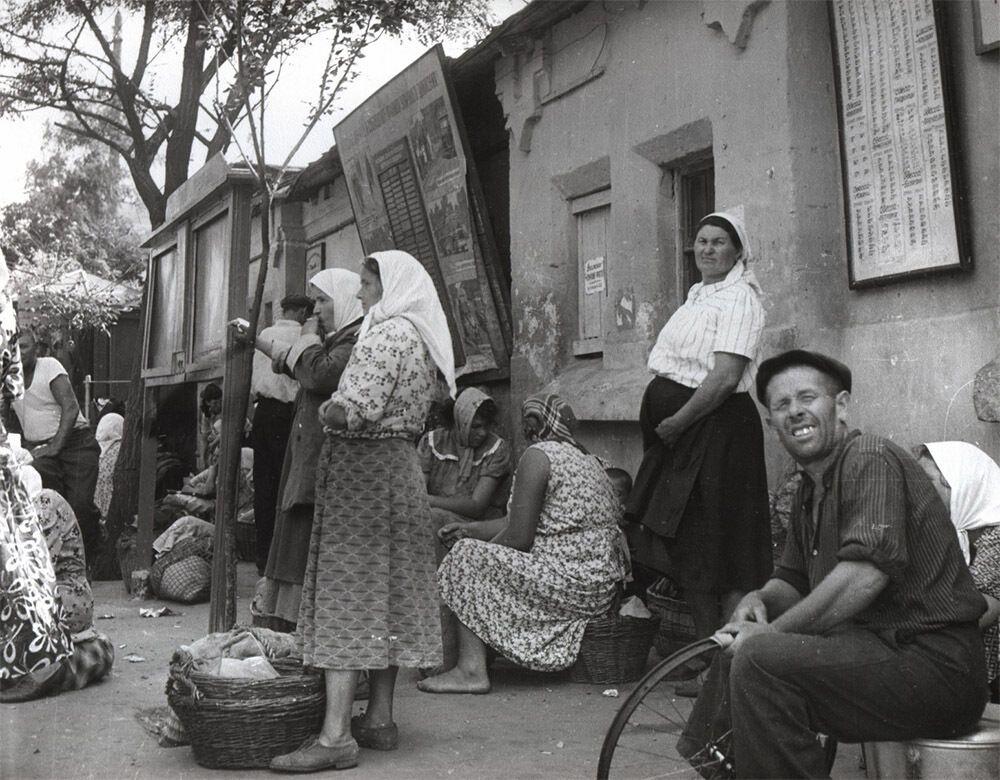 """""""Остановка общественного транспорта"""", 1963 год"""