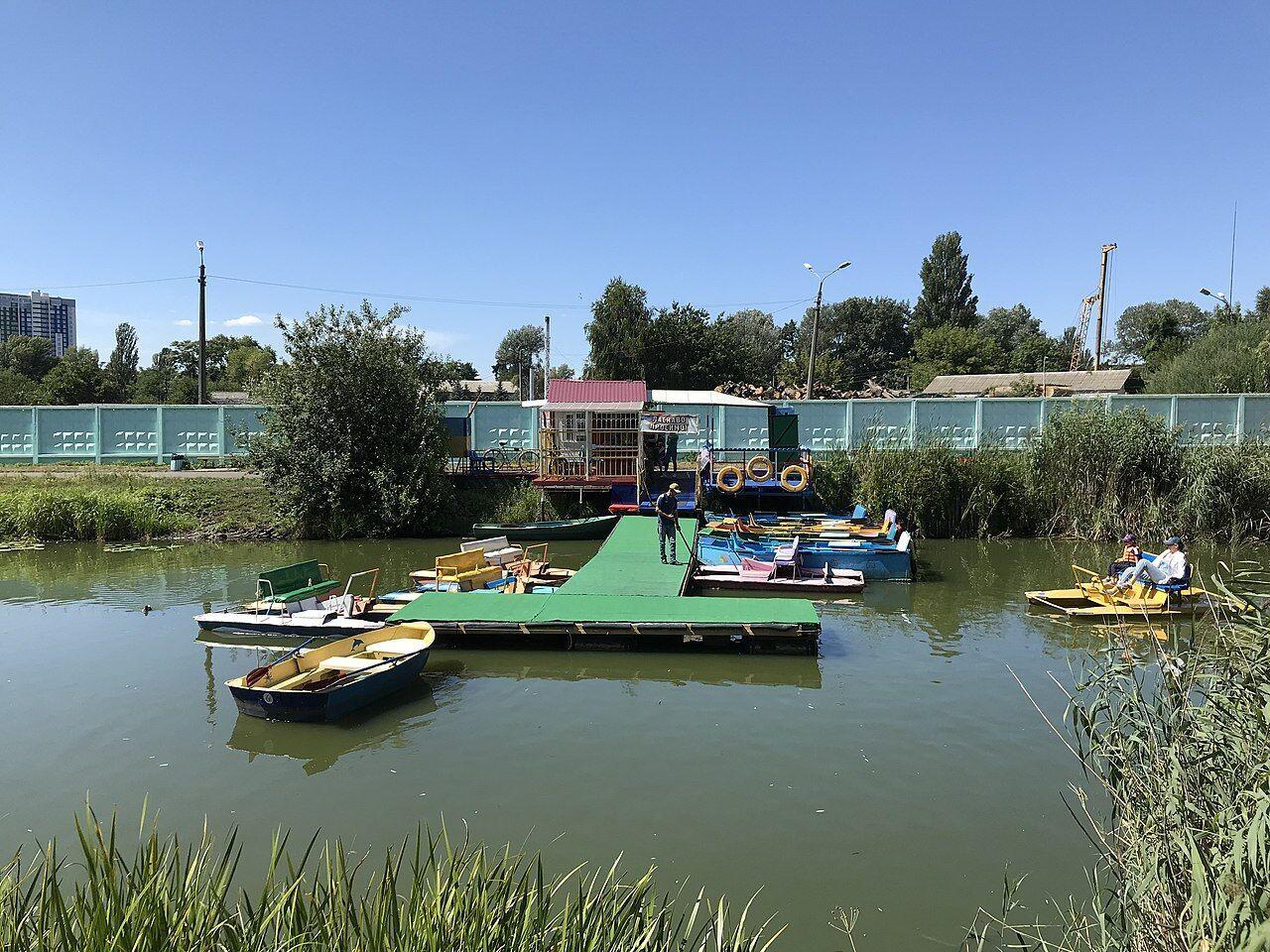 В парке можно арендовать лодки или катамараны.