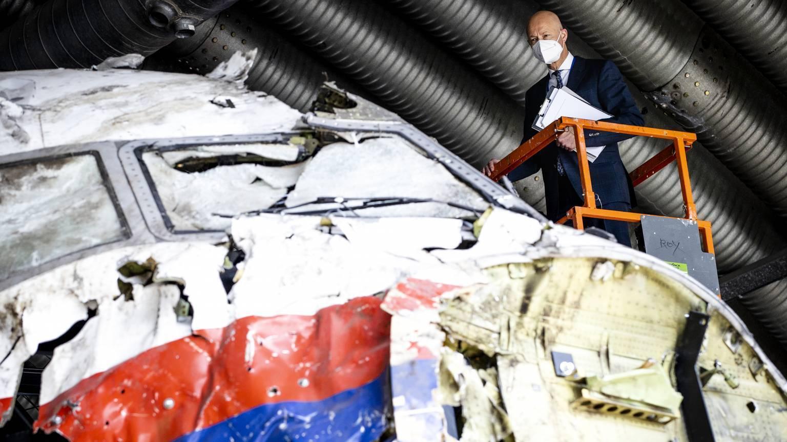 Эксперт рассматривает корпус упавшего самолета