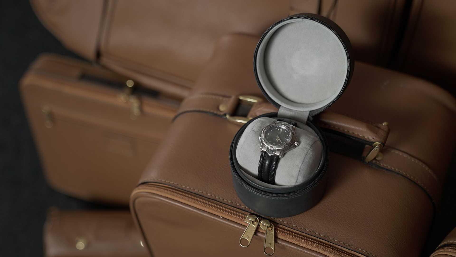 В комплект с автомобилем вошли чемоданы и часы TAG Heuer