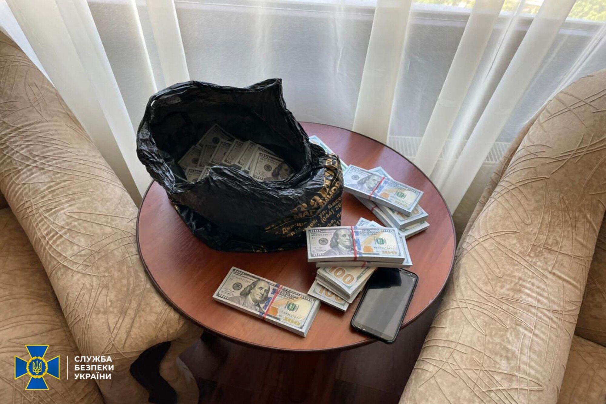 Преступникам передали 250 тыс. долларов