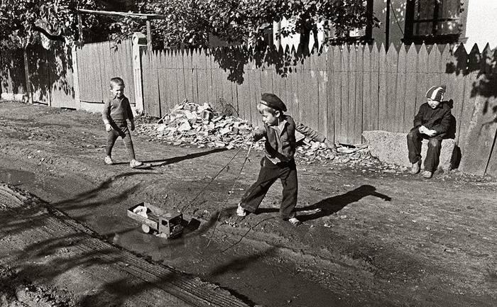 Дети играли в лужах.