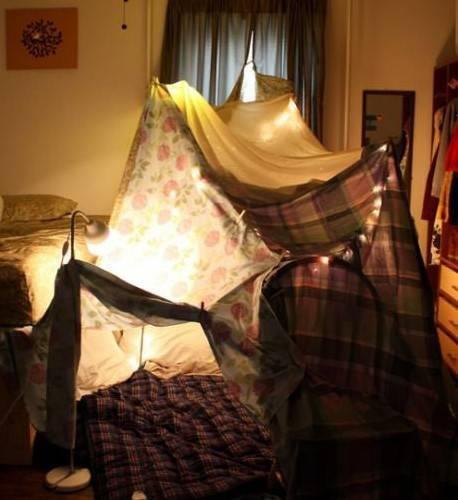 Дети строили палатки дома.