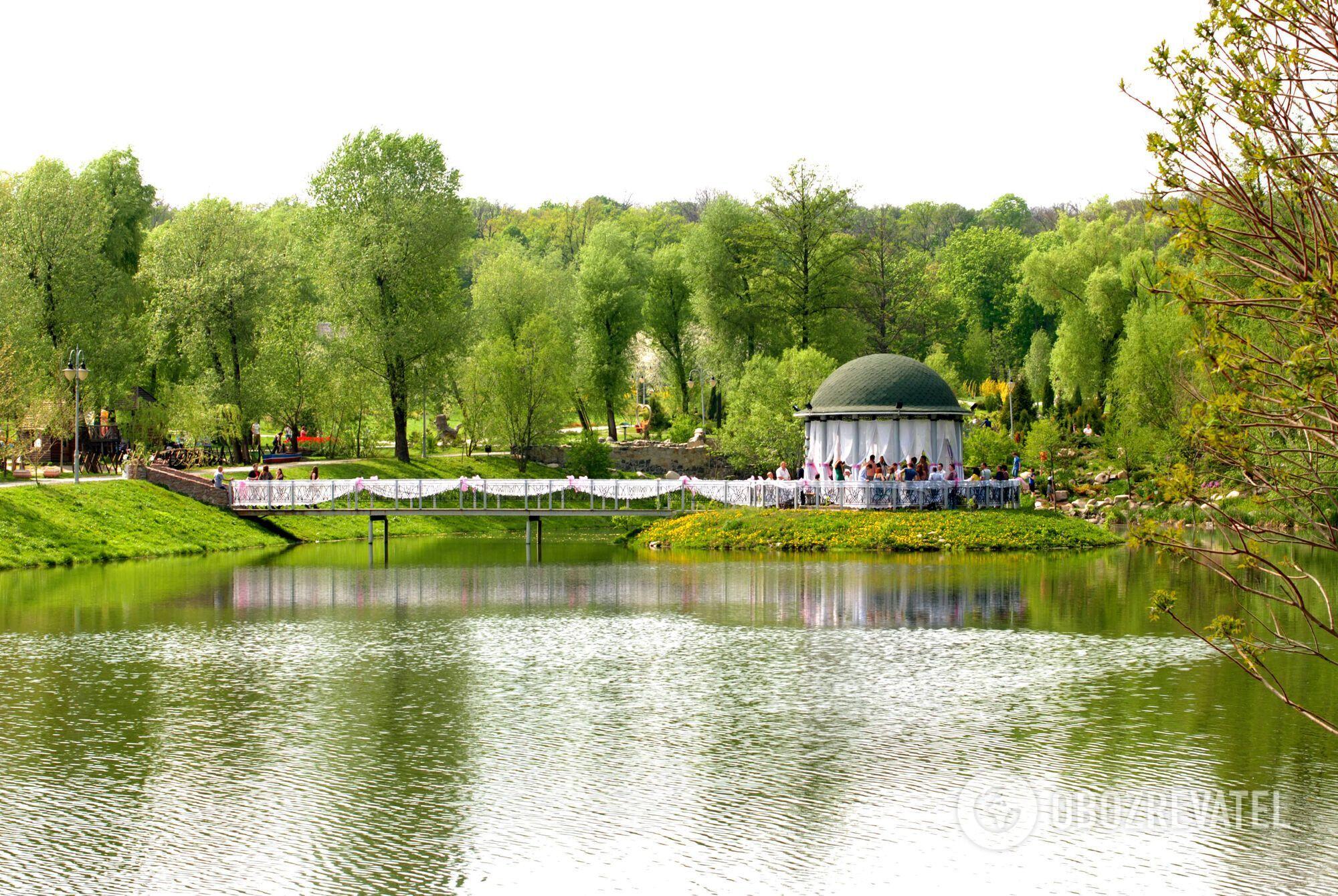 На территории зеленой зоны находится каскад озер.