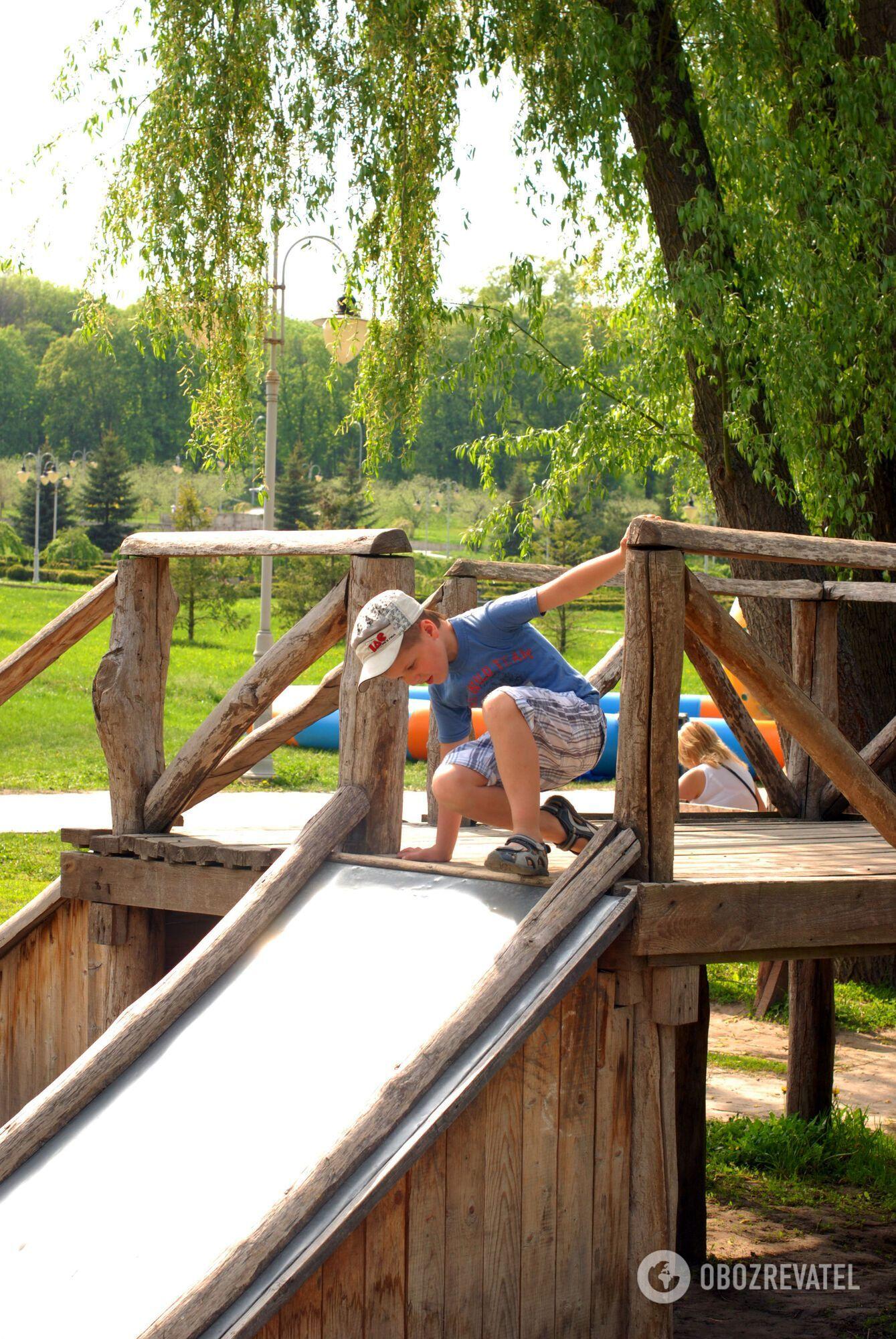 В парке могут отдохнуть не только взрослые, но и дети.
