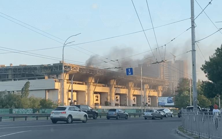 У Києві сталася пожежа на Льодовому стадіоні.