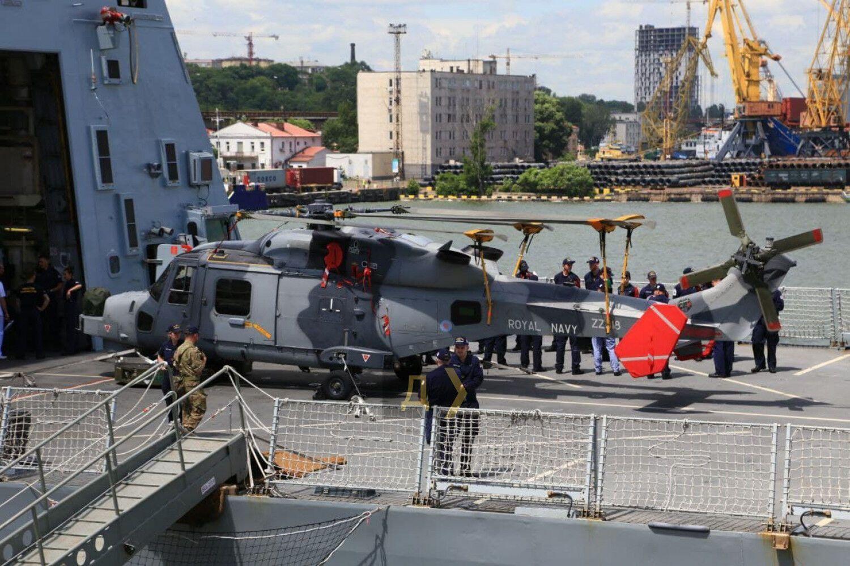 Військові пілоти Одеси зустрічають кораблі НАТО.