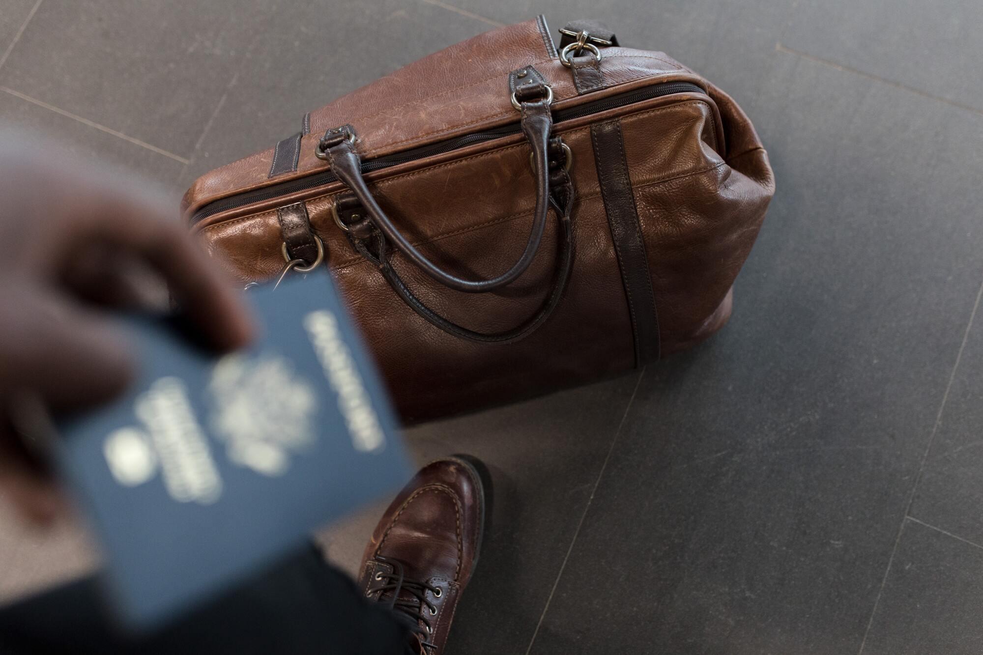 Авіакомпанія AZUR air допускає до безкоштовного перевезення милиці, палиці, ходунки, букет квітів і верхній одяг, а також все необхідне для малюка