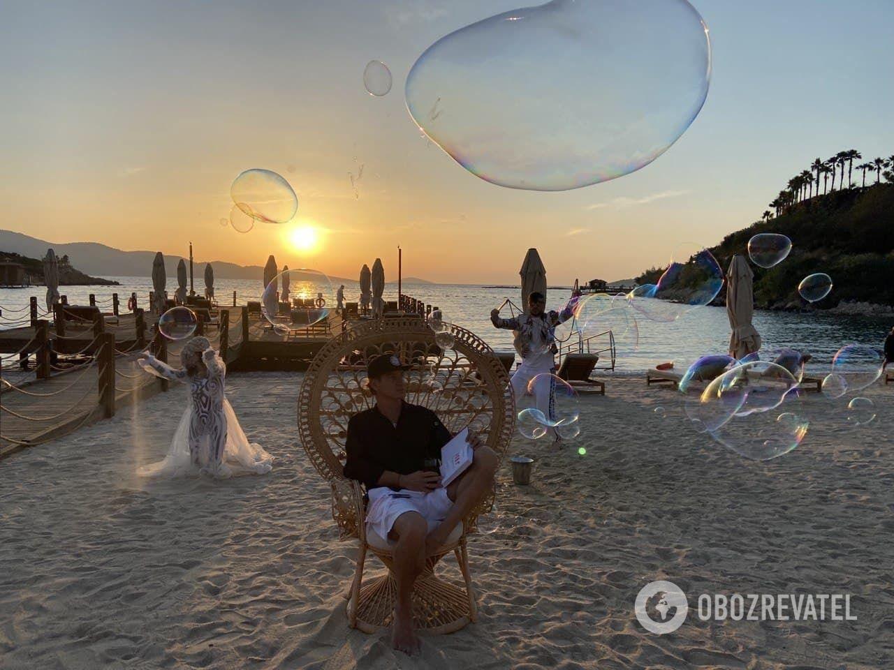 Николас Димитров на пляжной вечеринке.