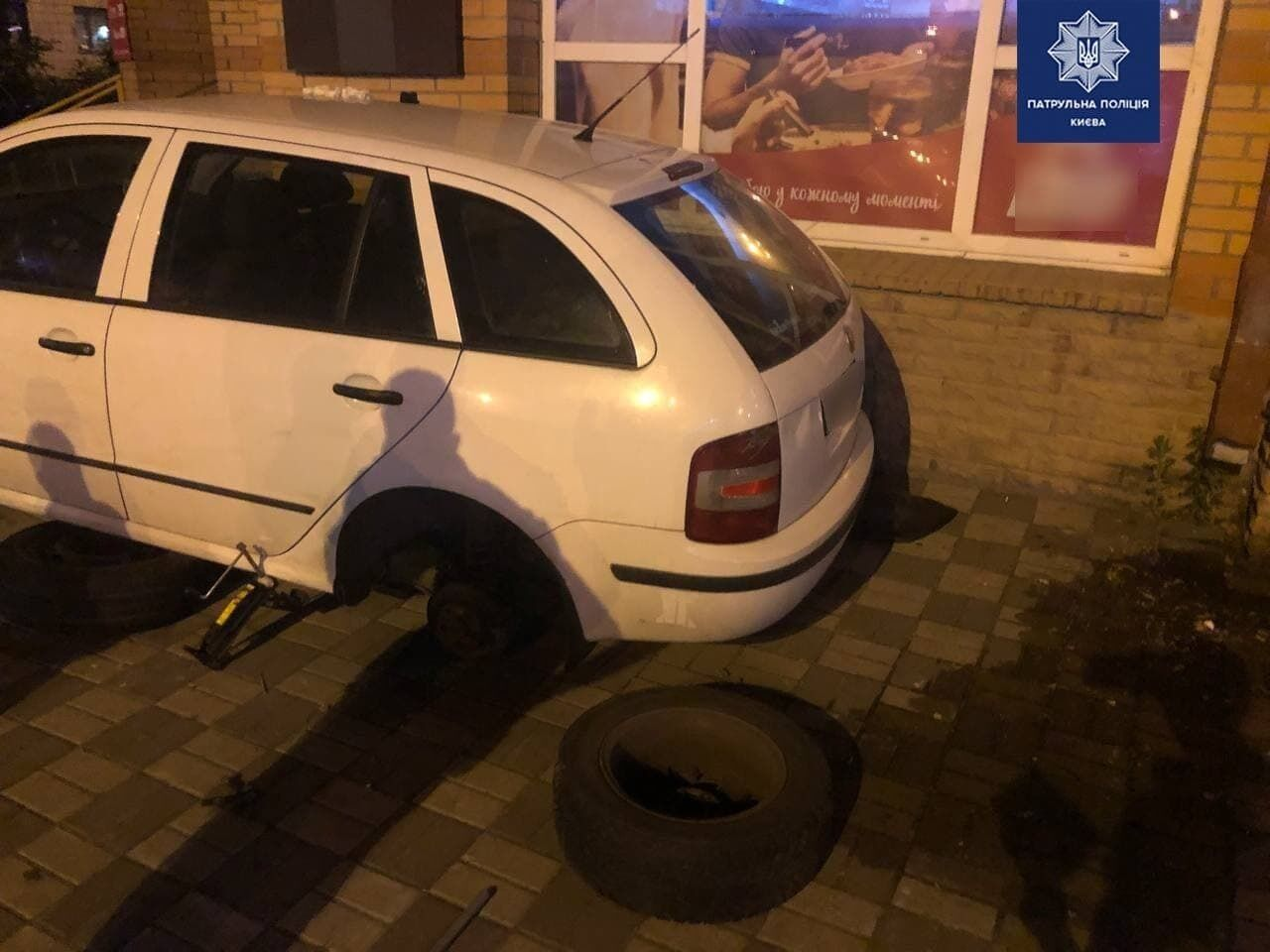 Пьяные пытались украсть колеса чужой машины.