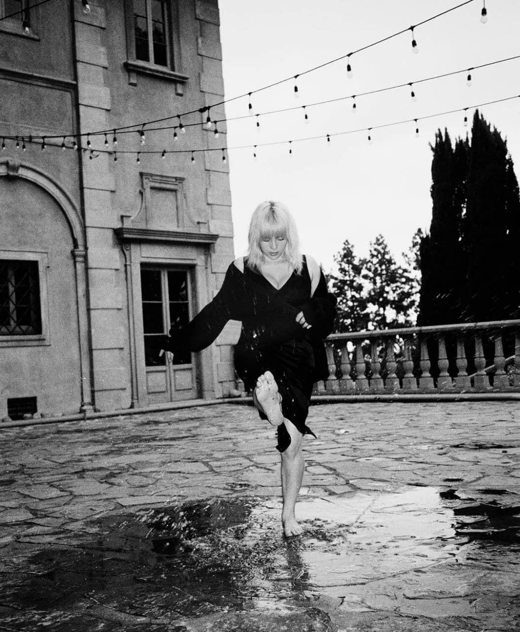 Біллі Айліш на чорно-білому фото.