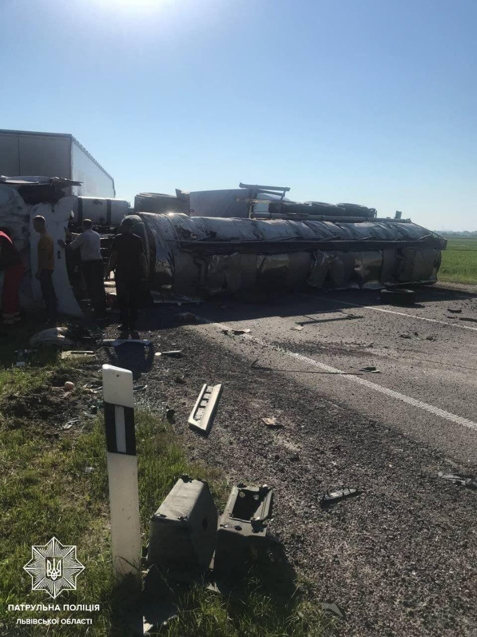 Внаслідок ДТП вантажівка перекинулась.