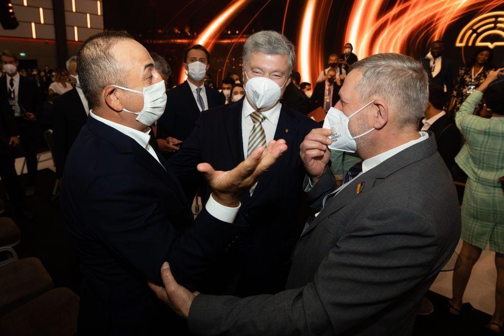 Порошенко під час міжнародних зустрічей привертав увагу до проблеми видачі російських паспортів на окупованому Донбасі і в Криму