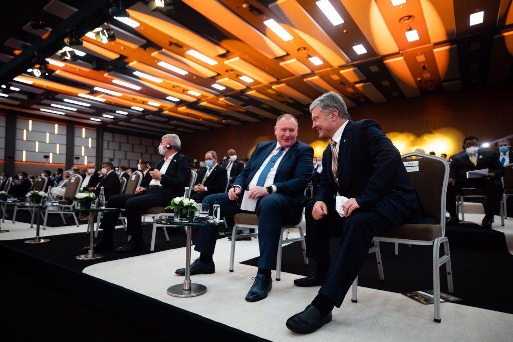 Порошенко поспілкувався з дипломатами на Анталійському форумі
