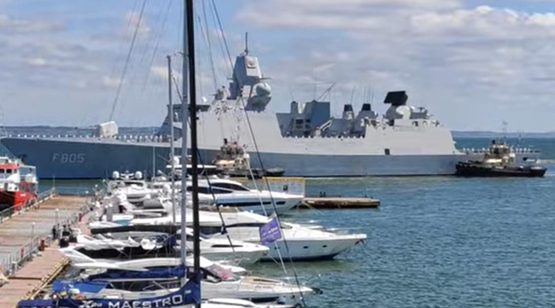 Есмінець HMS Defender D36 входить на територію вод міста.