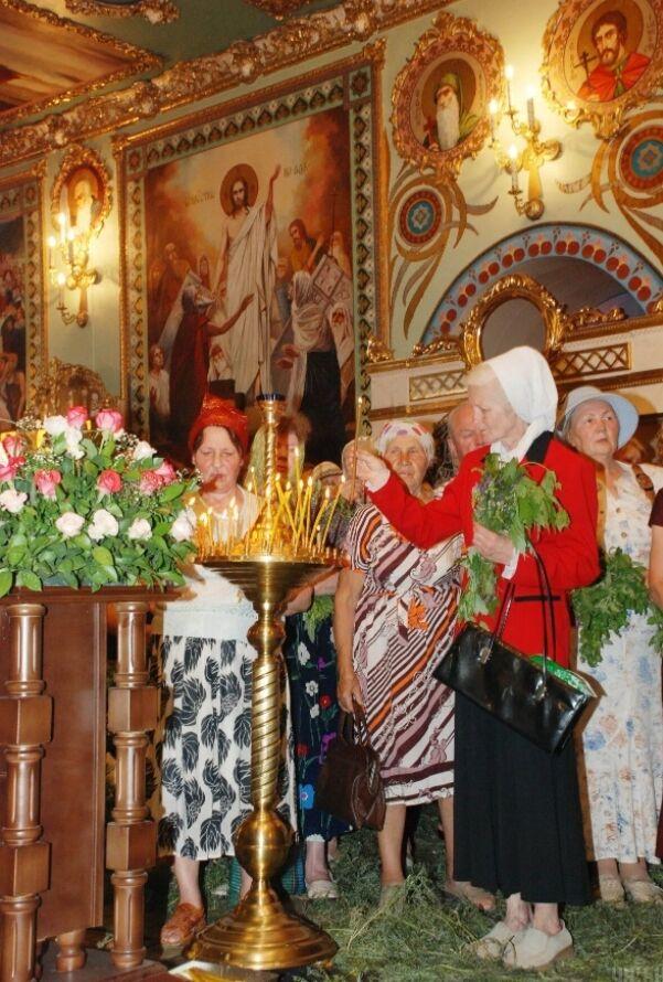 У День Святої Трійці віряни відправляються в храми, на святкову службу