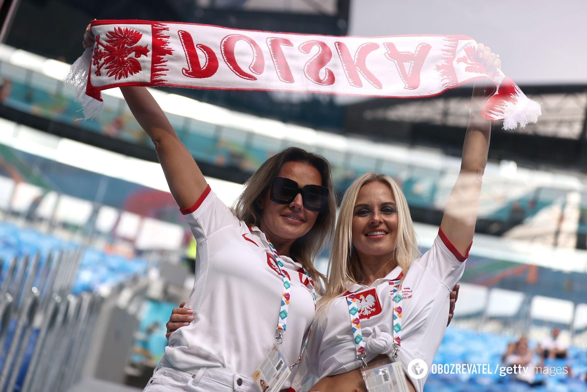 Фанатки сборной Польши.