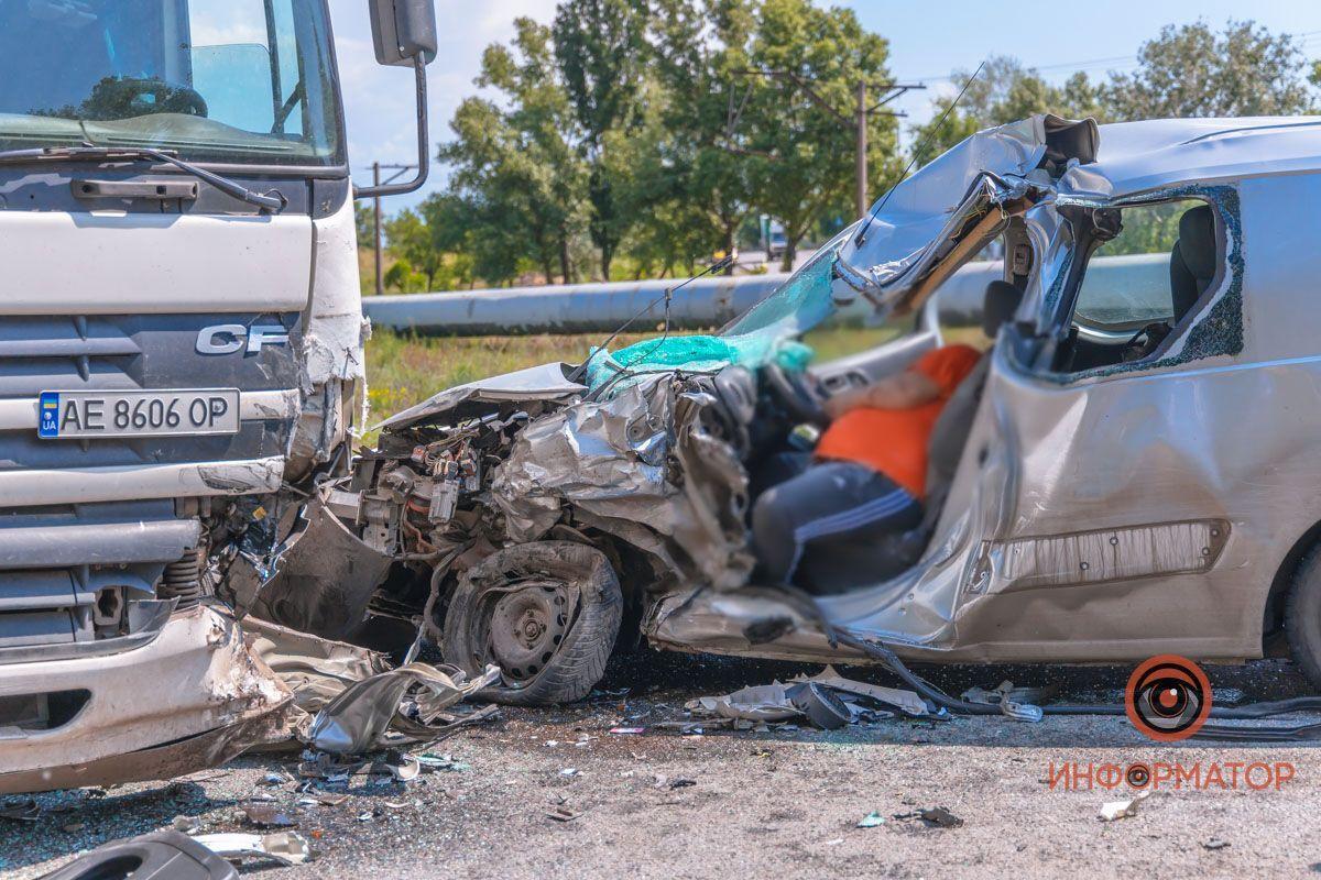 Водій Peugeot загинув на місці.